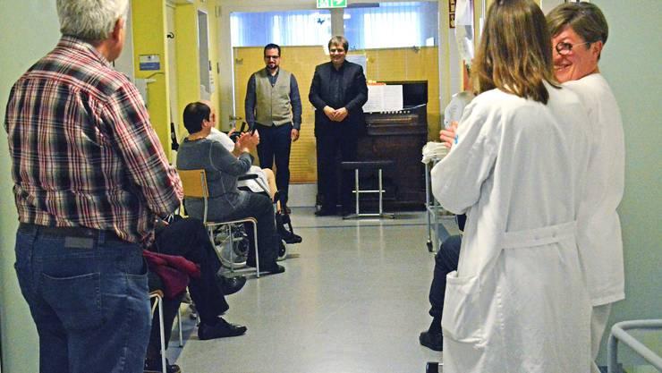 Patienten, Personal und Angehörige bedanken sich auf der Palliativstation des Kantonsspitals Baden mit einem kleinen Applaus.