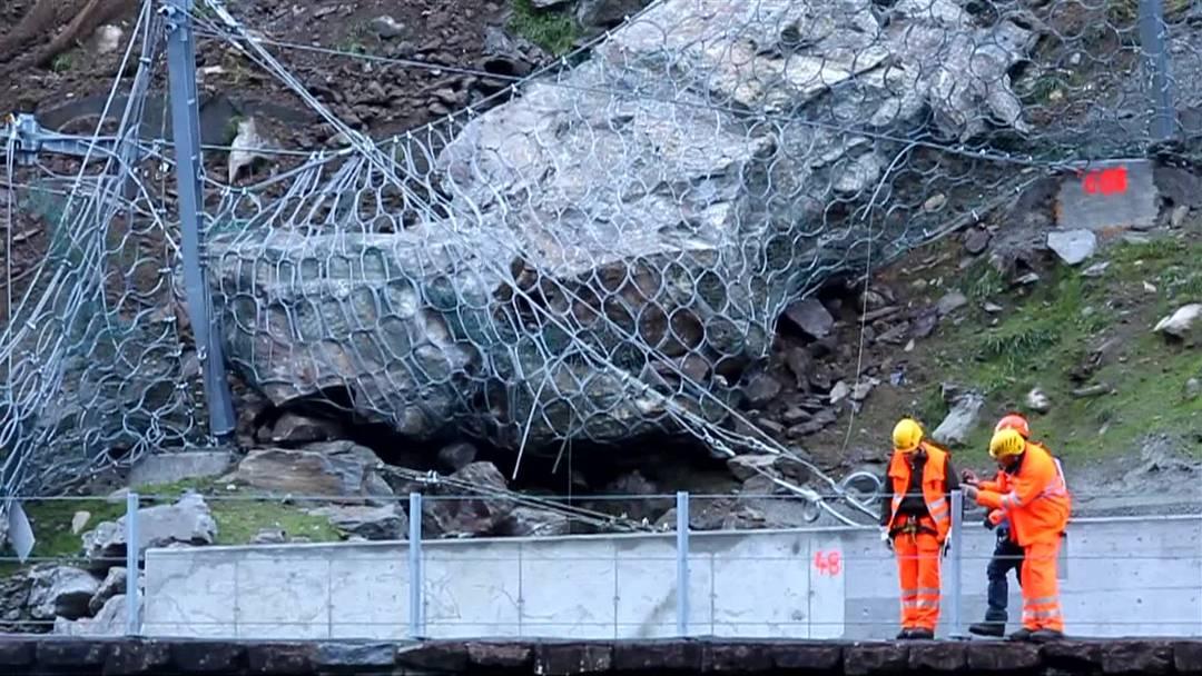 Bei Gurtnellen (UR) lösten sich 150 Kubikmeter Fels und blockierten die Gotthardstrecke. Der Abbruch ereignete sich an der Stelle, an der bereits im vergangenen März und Juni ein Felssturz niederging.
