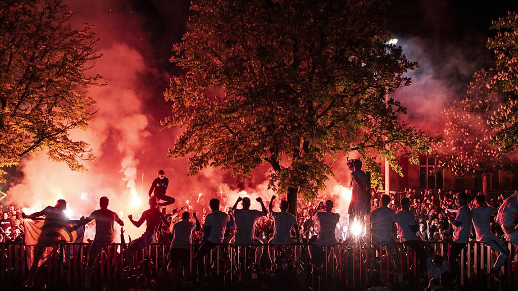 Draussen vor den Toren des Stadions freuen sich die Spieler mit ihren Fans - wohl nicht immer Corona-konform