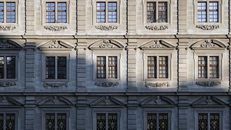 Der Zürcher Gemeinderat gesteht dem Stadtrat mehr Handlungsfreiheit beim Ankauf von Liegenschaften zu. (Archivbild)