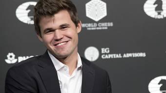 Lachender Sieger Magnus Carlsen: Der Norweger verteidigte gegen den Russen Karjakin seinen Schach-WM-Titel zum zweiten Mal. Er ist nun seit 2013 Weltmeister.