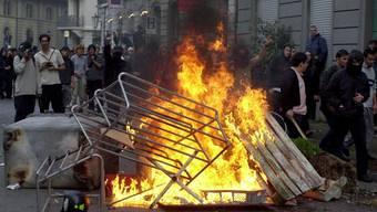 Brennende Barrikade an einer 1. Mai Nachdemo in der Zürcher Innenstadt.