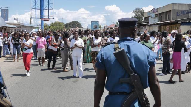 Polizisten stehen in Bujumbura Demonstranten gegenüber (Archiv)