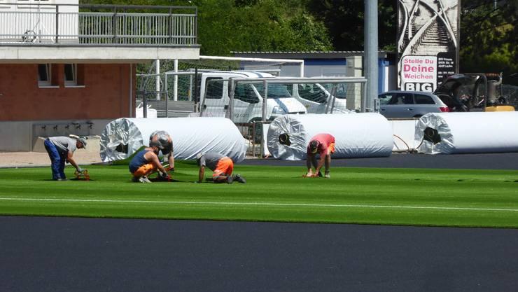 Auf dem Sportplatz Nau in Laufen ist vor wenigen Tagen das Kunstrasenfeld verlegt worden.