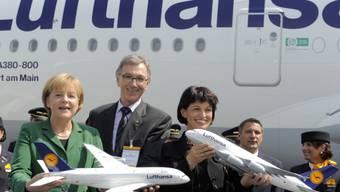 Wolfgang Mayrhuber zusammen mit der deutschen Bundeskanzlerin Angela Merkel und der damaligen Schweizer Bundespräsidentin Doris Leuthard bei der Eröffnung der Luftfahrtmesse ILA 2010 in Berlin. (Archivbild)