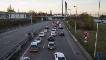 Lange Kolonnen: Grenzgänger brauchten gestern viel Geduld auf ihrem Weg nach Hause – hier beim Autobahnzoll zwischen Saint-Louis und Basel-Stadt.