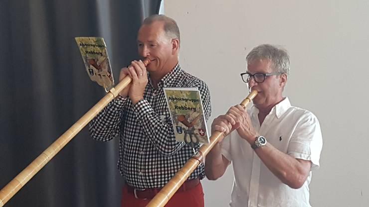 Politik und Wirtschaft: Stadtrat Reto Siegrist und Unternehmer Walter Bosshard lassen zusammen ihre Alphörner erklingen.