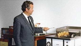 Hans-Heinrich Zweifel an einer Hotel-Fritteuse, Ende der 50er-Jahre.