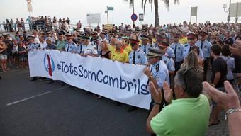 """""""Wir alle sind Cambrils"""": Tausende gehen im spanischen Badeort auf die Strasse, um ein Zeichen gegen Terror zu setzen."""