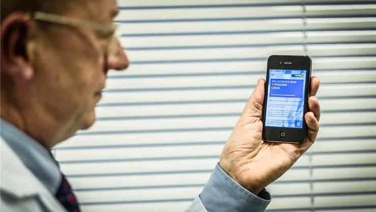 Franz Recker demonstriert die Vorsorge-App «ProstateCheck».