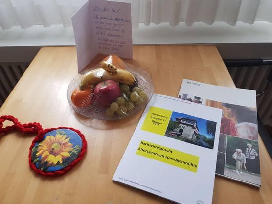 Ein nettes Willkommensgeschenk: Da fühlt sich Nina Roost doch gleich pudelwohl im Alterszentrum Herzogenmühle.