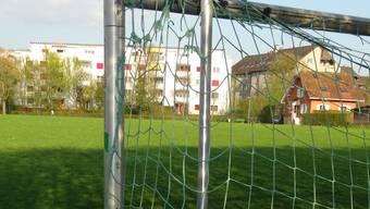 Verlassen steht das Tor auf dem ehemaligen Fussballplatz Riburg, der als Sportanlage ausgedient hat und umgezont wurde.