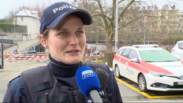 Polizistinnen üben sich als Hebamme