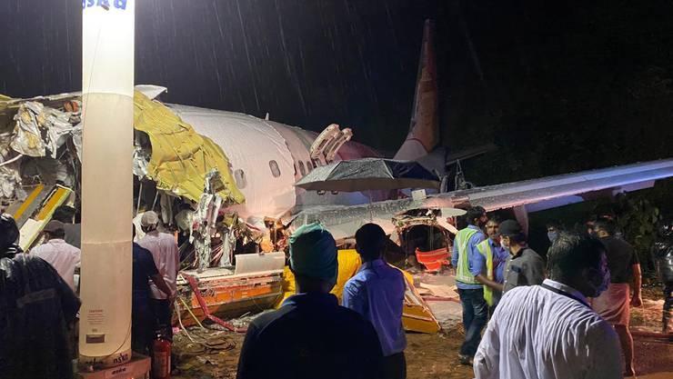 Ein Flugzeugunglück bei starkem Monsunregen auf nasser Piste in Indien hat mindestens 17 Menschen das Leben gekostet.