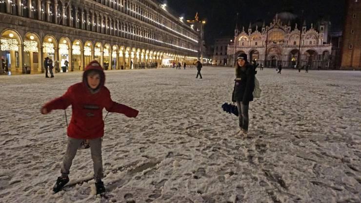 Besonders die Kinder freuen sich über den Schnee auf dem Markusplatz.