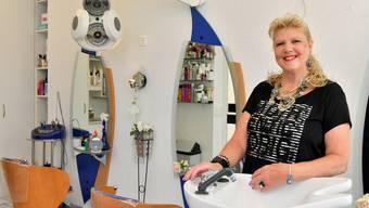 Susanna Ursprung in ihrem Coiffeursalon in Trimbach. Einige Kunden halten ihr seit vier Jahrzehnten die Treue.