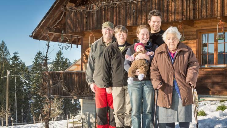 Familie Schenk im Emmental: Hans (67), Helen (55), Christine (30) mit Livia (4 Monate), Ueli (30) und Johanna (91).