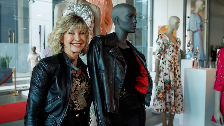 """Schauspielerin Olivia Newton-John mit Kostümen aus dem Hit-Filmmusical """"Grease"""" aus dem Jahr 1978. (Archivbild)"""