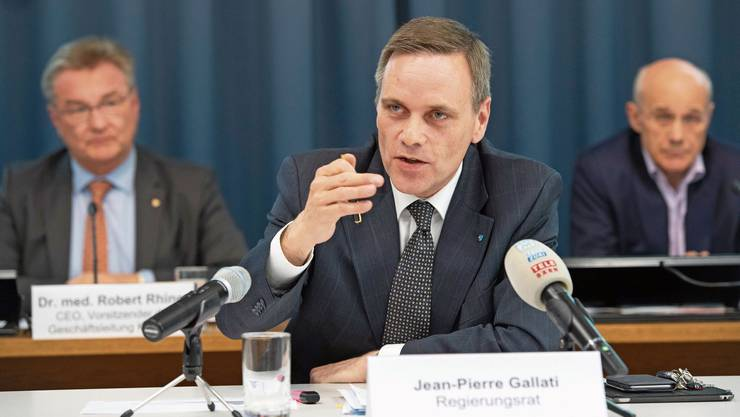 """Der Aargauer Sozialdirektor Jean-Pierre Gallati (vorne) an einer Medienkonferenz in Aarau. Am Dienstag nimmt er in der Sendung """"Kassensturz"""" von SRF Stellung."""