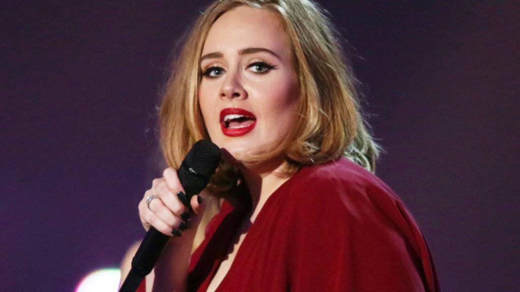 Sängerin Adele, wie die Fans sie kennen: bühnentauglich zurecht gemacht. (Archivbild)