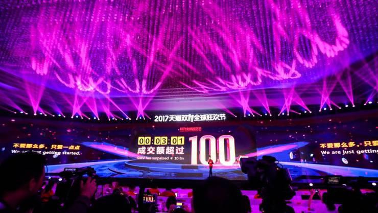 Der Onlinehändler Alibaba feiert den Singles Day mit einer grossen Party in Shanghai - auf einer riesigen Leinwand wird der aktuelle Umsatz eingeblendet.