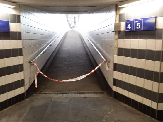 Gleich mehrere Aufgänge zu den Perrons wurden gesperrt.