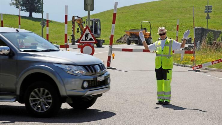 Ein Verkehrskadett muss an der Morgental-Kreuzung im Hirzel für Ordnung sorgen.