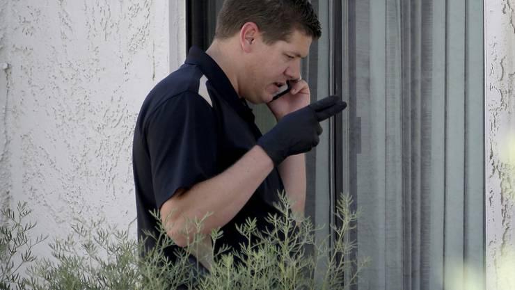 Ein Polizist am Tatort in Phoenix, Arizona. Eine Mutter soll dort ihre drei kleinen Söhne getötet haben.