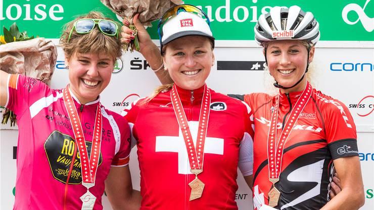 Kathrin Stirnemann feiert ihren ersten Cross-Country-Meistertitel.
