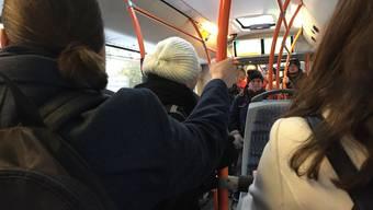 Mit Verstärkung auf den Hinterrädern: Der Bus kämpft sich im Schritttempo den verschneiten Tellirain hinauf.
