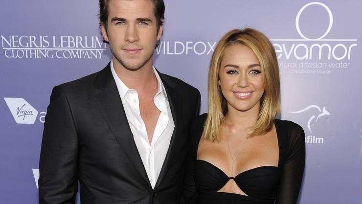 """Liam Hemsworth und Miley Cyrus 2012 als Verlobte. Dass es nun eine Zweitauflage der gelösten Verlobung gibt, dementiert der """"Hunger Games""""-Schauspieler - noch. (Archivbild)"""