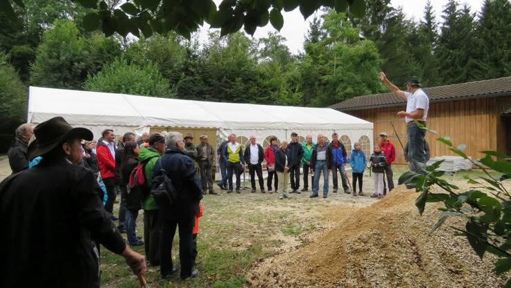 Markus Kaiser, Forstpräsident, begrüsst die Gäste und gibt anschliessend den Weg vor.