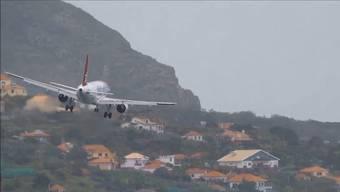 Lande-Desaster auf Madeira: Dreimal muss der Pilot dieser Edelweiss-Maschine durchstarten.