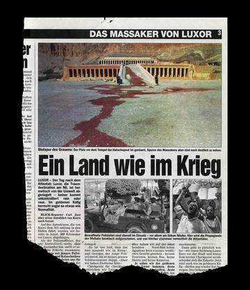 """Am 19. November 1997 bietet die Nachrichtenagentur Associated Press ein Foto an, das zwei ägyptische Soldaten vor dem Tempel der Hatschepsut zeigt, nachdem zwei Tage zuvor ein Bombenattentat das aegyptische Theben erschüttert hatte. """"Ein Land wie im Krieg"""", lautete die Schlagzeile von Blick über einem Bericht zu dem Bombenattentat. Das vom Blick manipulierte AP-Foto illustrierte den Artikel: Statt einer Wasserlache zieht sich eine rot eingefärbte Blutspur bis hin zum Tempel der Hatschepsut und unterstreicht das entsetzliche Ausmass des Terroranschlags islamistischer Fundamentalisten, dem 62 Menschen, davon 36 Schweizer, zum Opfer fielen."""
