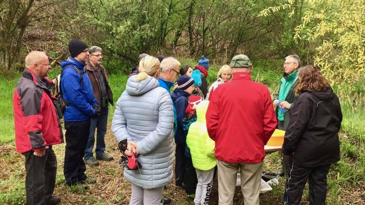 Thomas Schwaller (rechts) weiss der Gruppe viel Spannendes über Wasserinsekten zu erzählen.