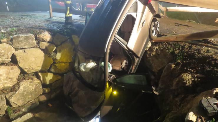 Daraufhin hob das Fahrzeug ab, durchbrach ein Holzgeländer und kam bei einer Brücke über einem Bach zum Stillstand.