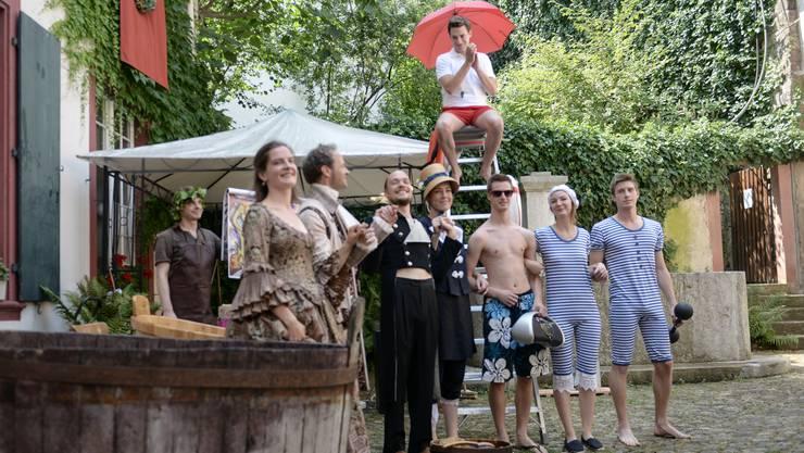 Im Innenhof findet dieses Jahr wieder die Badezuber Aktion statt. Zur Einstimmung wird eine Modeschau der Bademoden seit den Urzeiten gezeigt. Hier sind alle Epochen vereint.