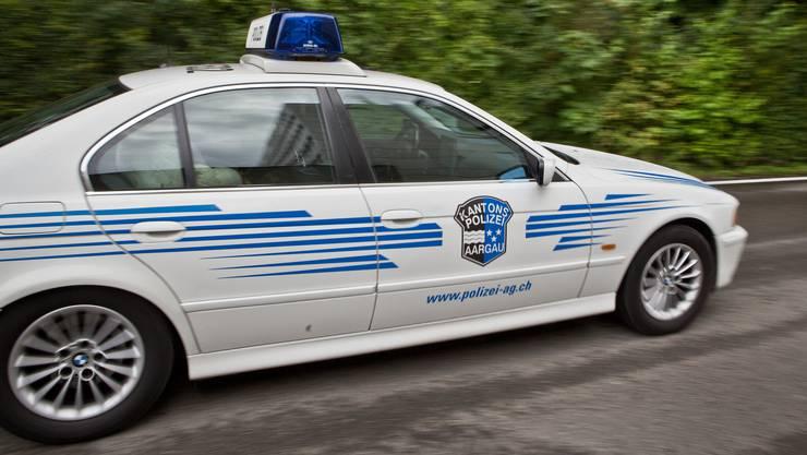 EIn Auto der Kantonspolizei Aargau im Einsatz. Sie bittet um Hilfe, um den Unfall aufzuklären. (Symbolbild)