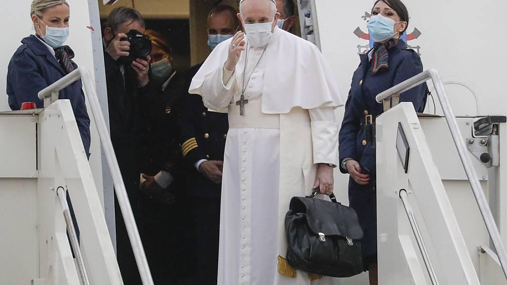 dpatopbilder - Papst Franziskus winkt auf dem Internationalen Flughafen Fiumicino Leonardo da Vinci bevor in ein Flugzeug in Richtung Irak besteigt. Foto: Gregorio Borgia/AP/dpa