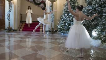 Feierlich: Melania Trump, die Ballett-Tänzer und die Kinder an der offiziellen Enthüllung der Weihnachtsdeko im Weissen Haus.
