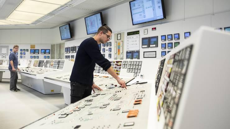 Hier drückt ein Mitarbeiter am 20. Dezember den Knopf, um den Reaktor ein letztes Mal herunter zu fahren. Ab heute wird Mühleberg zurückgebaut.