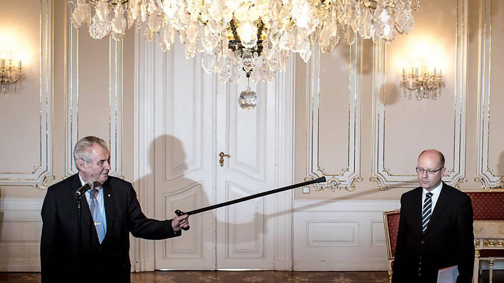 Tschechiens Präsident Milos Zeman (l) zeigt bei ihrem gestrigen gemeinsamen Auftritt vor den Medien mit seinem Stock auf Regieurngschef Bohuslav Sobotka