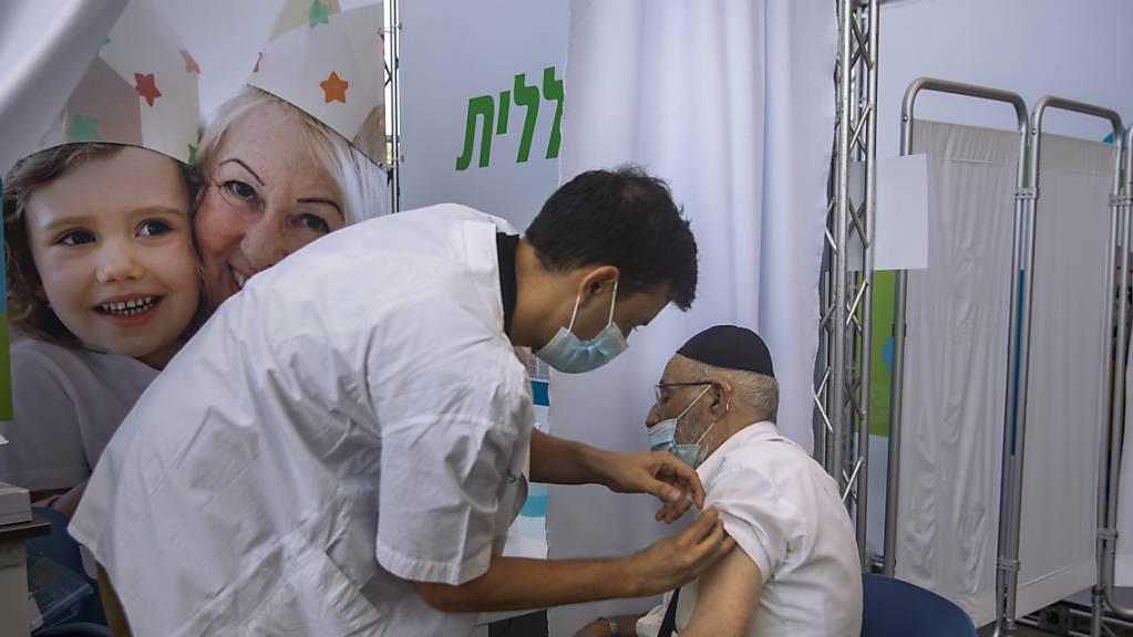 Während die Infektionszahlen in Israel ein neues Rekordhoch erreichen, geht die Impfkampagne gegen das Coronavirus weiter.