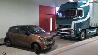 Lastwagen und Auto gerieten im Schönthaltunnel aneinander