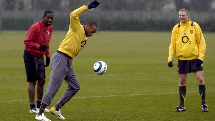 Zusehen und staunen: Die zwei Arsenal-Schweizer mit Thierry Henry.