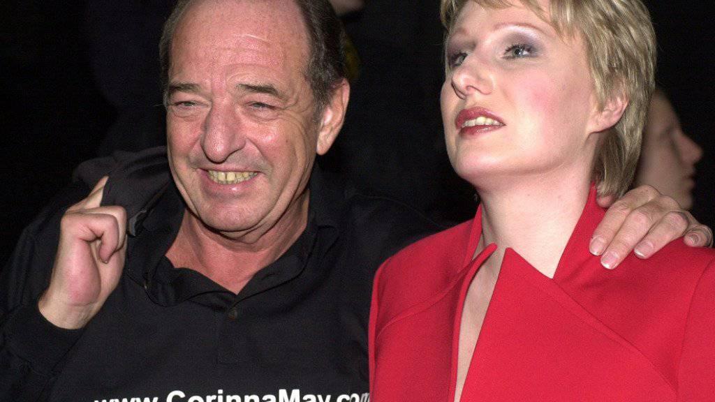 Produzent Ralph Siegel mit der blinden Sängerin Corinna May, die er 2002 mit einer seiner Kompositionen an den ESC schickte. Sie wurde 21ste. Seither schaffte es keiner von Siegels Songs mehr in die Top Ten, trotzdem ist er immer noch siegessicher (Archiv).