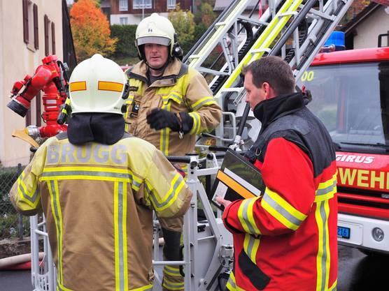 Die Hauptübung der Feuerwehr Thalheim war für Gerhard Wernli die letzte als Kommandant.Besprechung mit den Kollegen aus Brugg; rechts Übungsleiter Andreas Wernli.