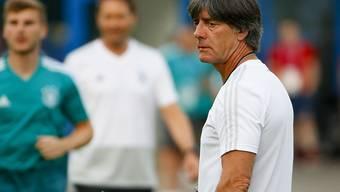 Die Lage ist ernst, aber nicht hoffnungslos: Der Trainer Joachim Löw beim Training der Deutschen vor dem Spiel gegen Südkorea.