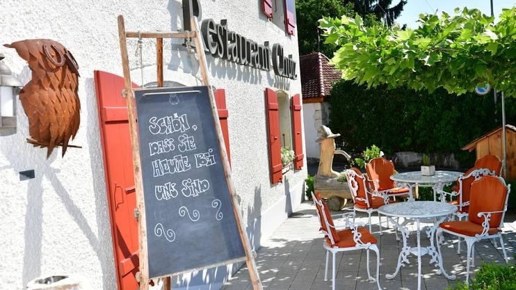 Die Stühle auf dem Sitzplatz vor dem Restaurant «Chutz» in Oberbuchsiten blieben im Frühling leer.