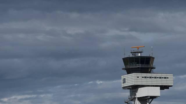 Der Tower des Flughafens Leipzig/Halle könnte noch diese Woche unbemannt sein (Archiv)